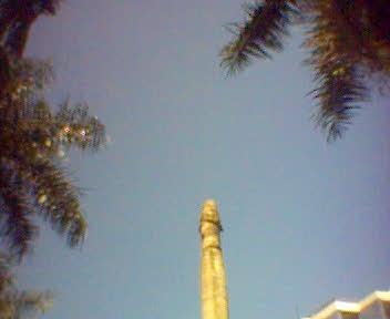 langitnya biru kan? ... Itu pohon apa tugu ya?